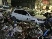 Tin tức - Vội vàng đỗ xe để đi nhậu, người đàn ông hết hồn thấy ô tô ngập trong 10 tấn rác