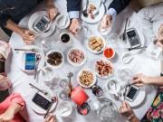 Dùng điện thoại trong bữa ăn và 4 hậu quả không ngờ