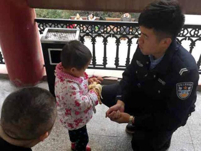 Bố mẹ mải cãi nhau chuyện họp lớp, bỏ quên con gái 2 tuổi ngay trên phố