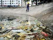 Tin tức - Hy hữu: Bao cao su, băng vệ sinh nổi trắng hồ ở Hà Nội