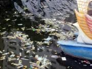 Tin tức - Bao cao su, băng vệ sinh nổi trắng hồ Linh Đàm: Dân bức xúc, công an vào cuộc điều tra