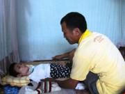 """Tin tức - Người cha mang """"án tử"""" nuôi con bại liệt"""