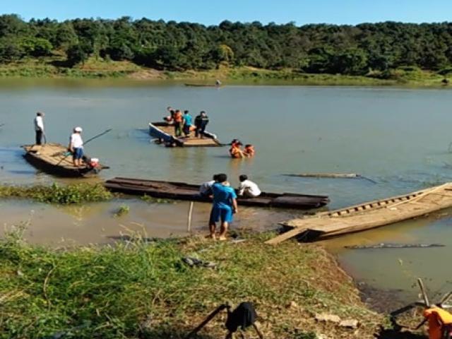 Lật thuyền sông Lấp, 8 người thương vong, có 1 gia đình thầy giáo