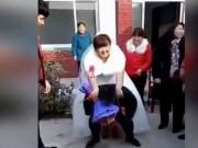 Tin tức - Chú rể suýt gãy lưng vì cõng cô dâu 'quá béo' trong ngày cưới