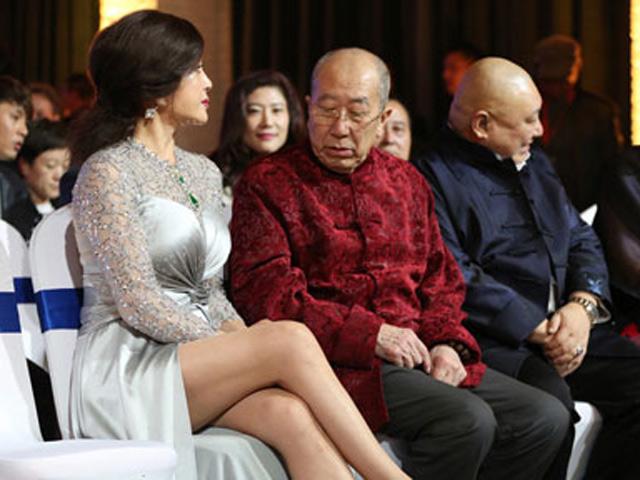 Bắt gặp đồng nghiệp U80 nhòm ngó chân của Lưu Hiểu Khánh vì quá nuột nà
