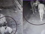 Tin tức - Nhặt mì tôm trong túi rác để ăn, người đàn ông nhận hành động bất ngờ của người lạ