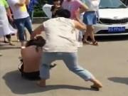 Tin tức - Cô gái bị bạn trai đánh đập, lột hết quần áo giữa đường vì nói lời chia tay