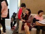 """Làng sao - Tạ Đình Phong """"bận"""" nắm tay Vương phi, """"bỏ mặc"""" Trương Bá Chi một mình chăm con"""