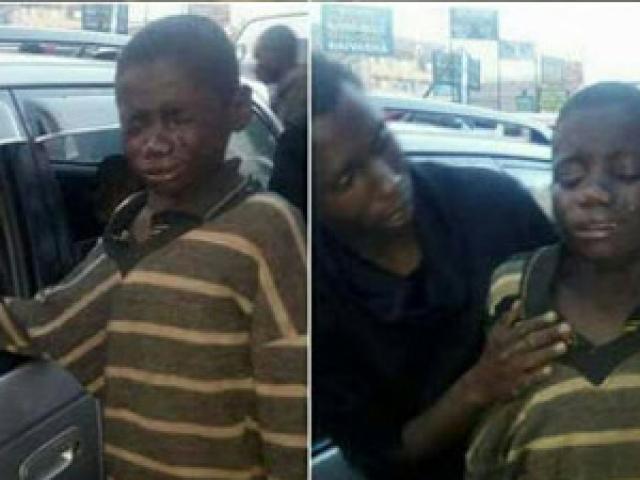 Cậu bé ăn xin bất ngờ bật khóc sau khi giơ tay xin tiền từ người đàn bà lạ trong xe ô tô