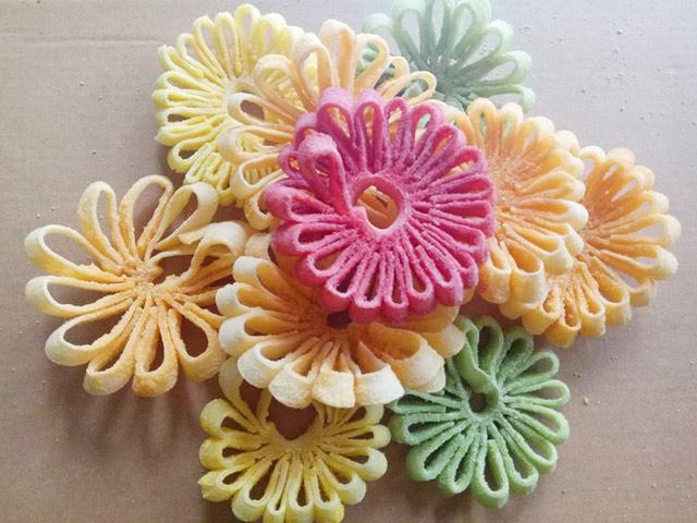 Mứt dừa hình hoa cúc khiến chị em phát cuồng dịp Tết của 9x Hà Tĩnh