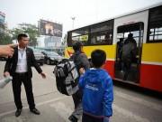 """HN: Hành khách bức xúc vì bị nhà xe """"bỏ rơi"""" ở bến Mỹ Đình"""