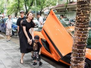 Ngọc Thạch rạng rỡ tái xuất, khoe chồng và con trai cùng siêu xe tiền tỷ