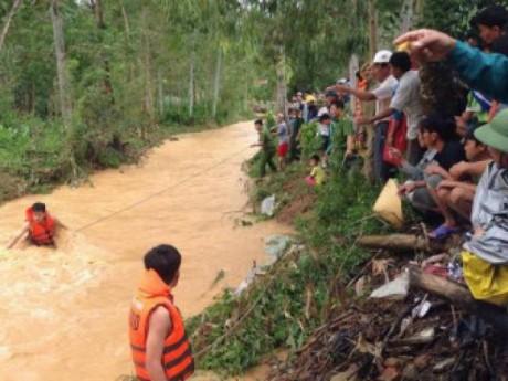 Nghệ An: Bố mẹ vắng nhà, bé trai 4 tuổi đi tìm ông bà bị nước cuốn mất tích