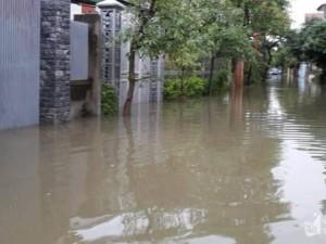 Áp thấp nhiệt đới đổ bộ đất liền Hà Tĩnh-Quảng Bình, nhiều nhà dân bị ngập sâu do mưa lớn