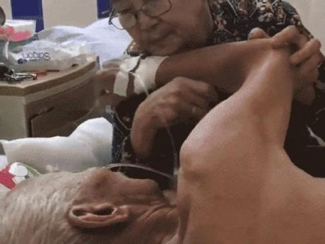 Chồng bệnh nặng, cụ bà thủ thỉ vỗ về tình cảm như thuở còn son