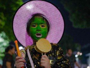 """Màn flashmob """"thây ma style"""" đón Halloween trên phố đi bộ Hà Nội"""