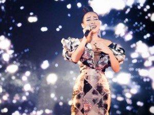 """""""Gái một con"""" Thảo Trang xuất hiện gợi cảm, thể hiện những bản hit nồng nàn tại APEC"""