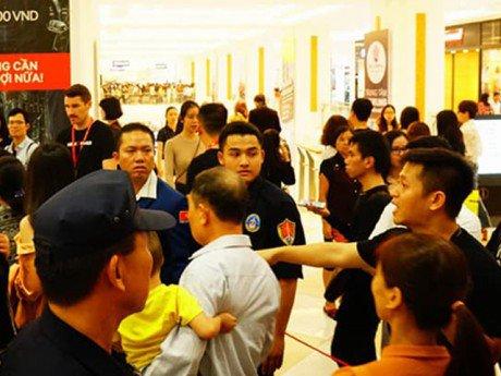 Khai trương H&M: Sự cố xảy ra, khách hàng bức xúc tranh cãi với nhân viên an ninh!