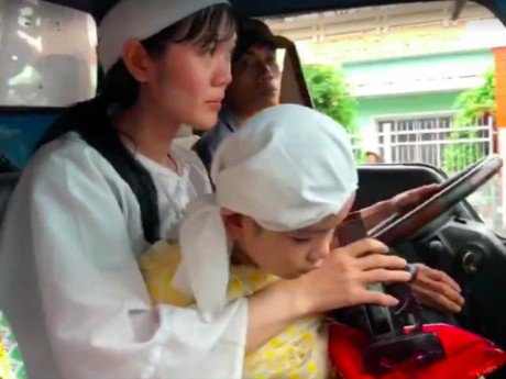 Giây phút tiễn đưa đầy nước mắt trong đám tang diễn viên Nguyễn Hoàng