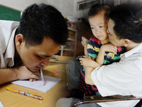 Thầy giáo viết chữ bằng miệng: Giờ đây con trai là đôi chân, đôi tay của tôi