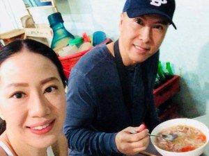 Bắt gặp vợ chồng Chung Tử Đơn đến Hội An ăn đặc sản Việt Nam