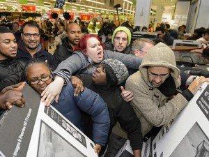 Hãi hùng nhìn lại cảnh người dân chen lấn, đánh nhau mua hàng giảm giá ngày Black Friday