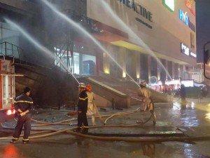 Cháy ở quán trà sữa rồi lan sang biển quảng cáo ở Hà Đông, hàng trăm người bỏ chạy