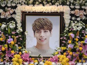 Di ảnh Jonghyun SHINee cười trong nhà tang lễ khiến tất cả mọi người bật khóc