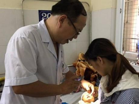 Mẹ nhỏ sữa, bà nhỏ nước cốt chanh chữa đau mắt cho trẻ và lời cảnh báo từ chuyên gia