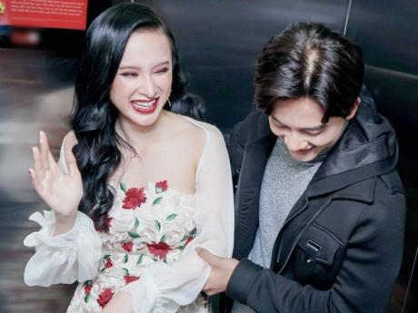 """Angela Phương Trinh suýt ngất, ôm chặt """"Thầy giáo mưa"""" khi trải nghiệm thang máy thực tế ảo"""