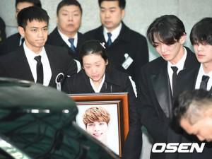 Đám tang Jonghyun SHINee: Những gương mặt kìm nén tiếng nấc nghẹn ngào