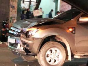 Cùng nhau đi bộ qua đường, 4 người bị xe ô tô đâm tử vong trong đêm