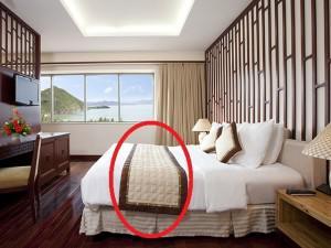 Bí mật không ngờ sau tấm khăn trải ngang giường tưởng chỉ để trang trí trong khách sạn