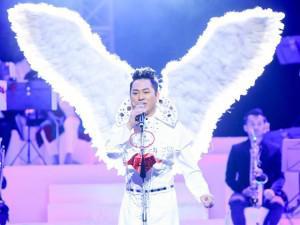 Tùng Dương mang đôi cánh hoành tráng không thua kém Victoria's Secret lên sân khấu