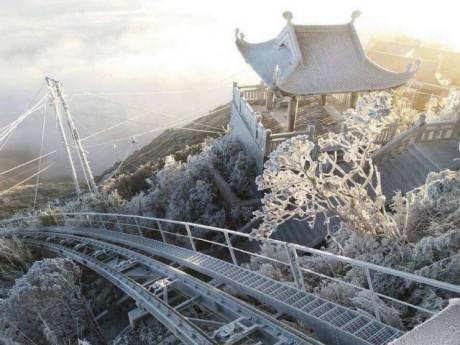 Mưa tuyết phủ trắng Fansipan khiến khách du lịch thích thú