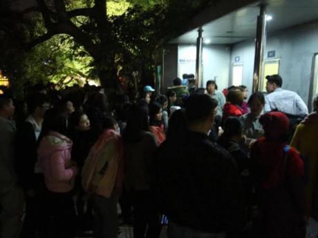 Hà Nội: Lên phố đón năm mới, người dân vẫn phải xếp hàng dài chờ đi vệ sinh