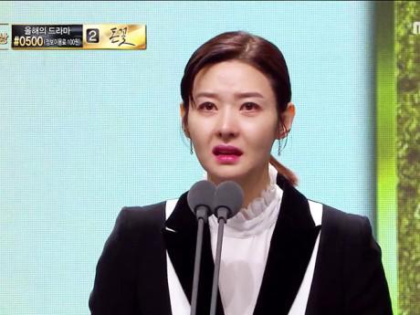 Sao Hàn bật khóc trước bài phát biểu của nữ diễn viên có chồng bị sát hại dã man