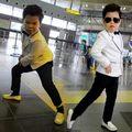 """Psy """"nhí"""" nhảy ngựa tại sân bay Nội Bài"""