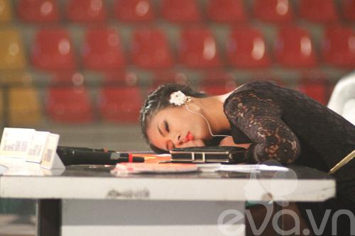 HH Ngọc Hân ngủ vùi trên ghế giám khảo-1