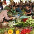 Giá thực phẩm tại chợ Long Biên 15-1