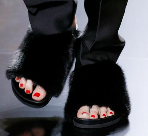 Celine tung mẫu giày lông xấu xí - 3