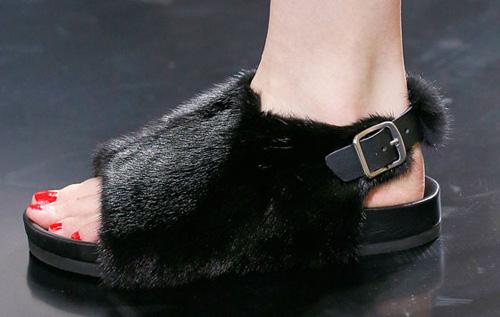 Celine tung mẫu giày lông xấu xí - 2