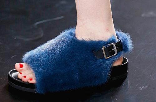 Celine tung mẫu giày lông xấu xí - 4