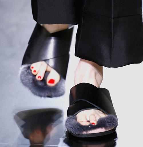 Celine tung mẫu giày lông xấu xí - 10