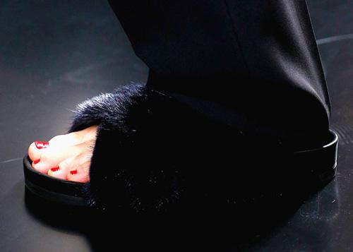 Celine tung mẫu giày lông xấu xí - 5