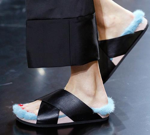 Celine tung mẫu giày lông xấu xí - 13
