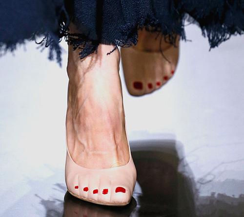 Celine tung mẫu giày lông xấu xí - 15