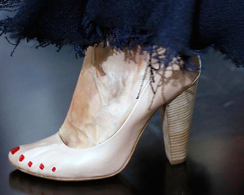Celine tung mẫu giày lông xấu xí - 17