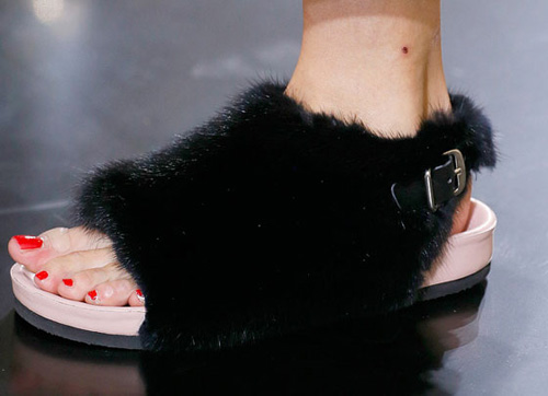 Celine tung mẫu giày lông xấu xí - 6