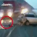 Tin tức - Bé gái 1 tuổi bị văng khỏi xe, nằm giữa xa lộ